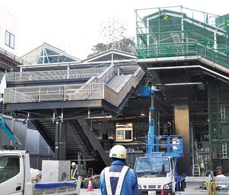 工事が進む京急線橋上改札に至る階段周辺
