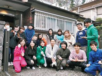 DIYされた空き家とオーナーの佐野さん(中央)と学生