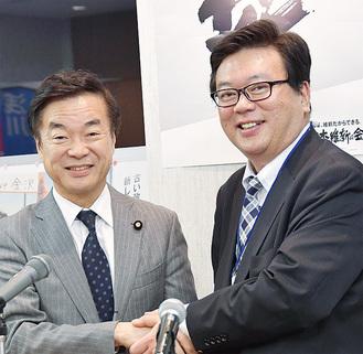 松沢前知事と握手する浅川氏(右)