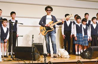 合唱団と共演する栗山さん