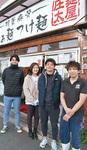泉屋店長(右)と学生。左から2人目が大沢さん