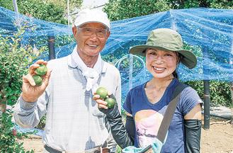 青みかんを摘果した奥井さん(右)
