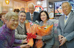 花束を受け取る新井氏(右から2人目)