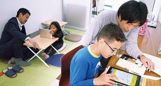 日本語を教える西さん(右)と永野さん(左)