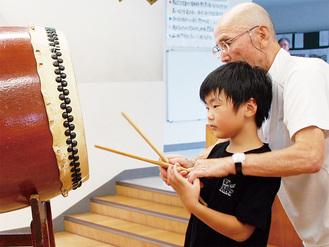 古川さん(右)の指導を受ける川村さん(左)