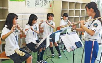 隊員(右)から指導を受ける森中吹奏楽部の部員