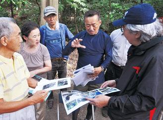 資料で現地の様子を説明する天谷さん(右から2人目)と聞く大島さん(右)