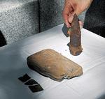 ツラギで発見された弾頭、ふた、ベルトの一部(右から)