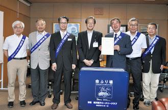 しずくりーんを贈呈した横浜磯子RCのメンバー