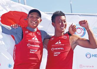 表彰台を喜ぶ土居選手(左)と木村選手