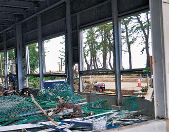 高波で窓や壁が破られた社屋=山装(福浦)