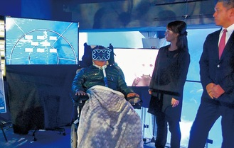 VRを体験する松山さん(左)