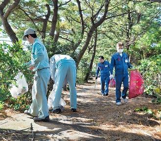 海辺を清掃する参加者