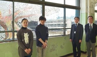 校舎や桜が書かれた教室内の窓と(左から)池谷さん、新海さん、久祢田校長、与安副校長