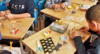 商品を手作りする児童たち
