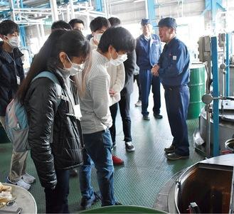 三和化成工業の工場を見学する参加者