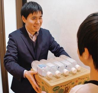 食品を届ける久保田代表