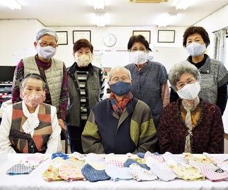 日生親和会の女性メンバーと清水会長(前列中央)