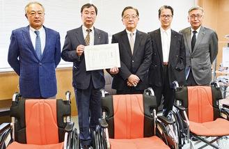 宮澤会長(左から2人目)、齋藤病院長(中央)とRCの会員