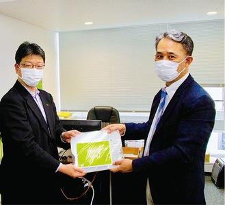 贈呈する小野さん(左)