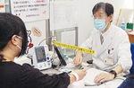 感染防止対策を講じ、問診する医師(5月15日、みぞのくち献血ルームで)