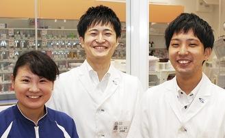 左からメディカルアシスタントの下川知里さん、深川薬局長、薬剤師の浅井豊大さん