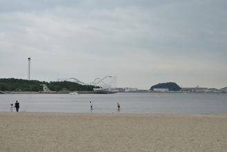 人がまばらな海の公園=7月23日撮影