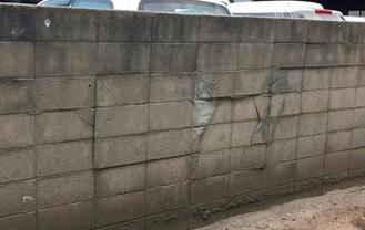 亀裂が入ったブロック塀(出典・一般財団法人日本建築防災協会)