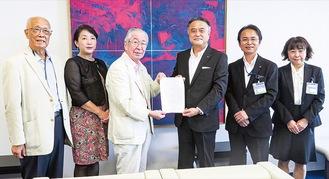 要望書を渡す横井会長(右から4人目)と高橋市議(同5人目)、国吉理事長(左)