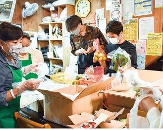 食材を吟味する学生たち