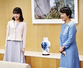 受賞報告をする尾城さん(左)