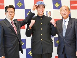 笑顔を見せる松本投手(中央)