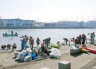 海上と陸上で清掃活動