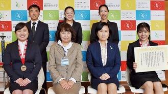 授与式席上の菅野さん(前列左)と横矢さん(同右)