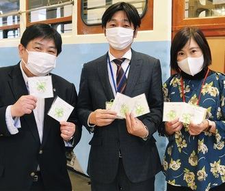 リボンを持つ左から鵜飼数夫滝頭小学校校長、武藤館長、青木さん