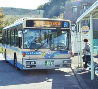 富岡バスターミナルに停車する94系統の市営バス