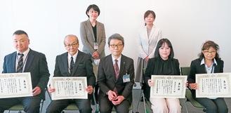 齋藤局長(前列中央)から表彰された北嶋さん(左端)ら