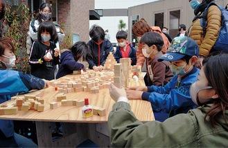 木材を使った工作を楽しむ参加者たち
