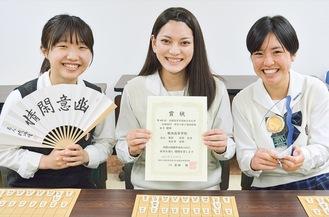 賞状などを手に笑顔の北山さん、石部さん、大日方さん(左から)