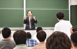 学生の質問に応える榎本会長