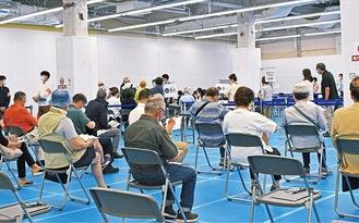 会場で接種を待つ人々