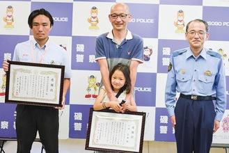 感謝状を受けた二本木さんと小林さん(左から)