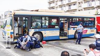 実際のバスを使用した訓練(磯子消防署提供)