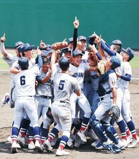 優勝を喜ぶ横浜の選手