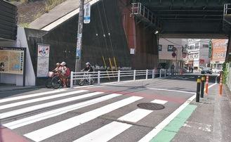 防護柵や横断歩道が新しくなった駅前