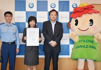 小澤署長、永井京子区長、井上支社長(左から)