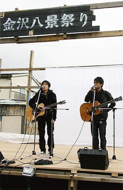 学生と商店街で祭り