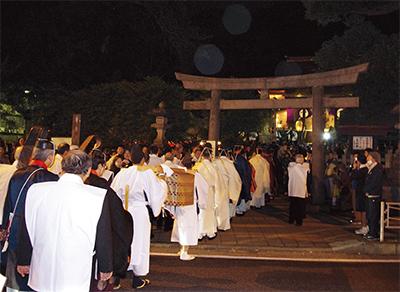 長い列を成して神社に入る神職ら 長い列を成して神社に入る神職ら 瀬戸神社(佐野和史宮司)で12月