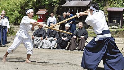剣士が刀技を披露