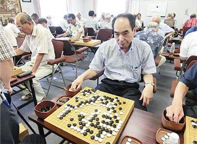 囲碁大会で熱戦